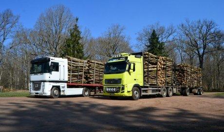 Livraison de bois de chauffage en camion remorque Ambert